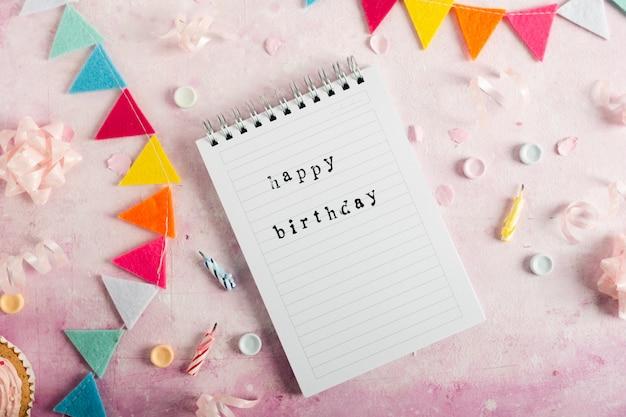 Postura plana de feliz aniversário com no notebook com festão