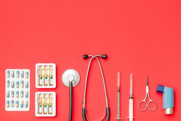 Postura plana de ferramentas médicas em fundo colorido