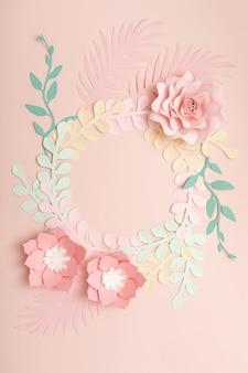 Postura plana de flores de papel em fundo rosa pastel. moda de verão e moldura na moda