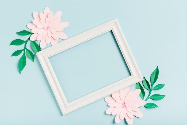 Postura plana de flores de primavera de papel com moldura