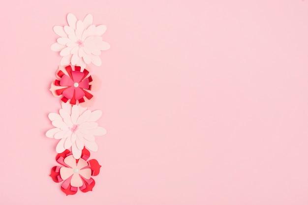 Postura plana de flores de primavera de papel multicolorido com espaço de cópia