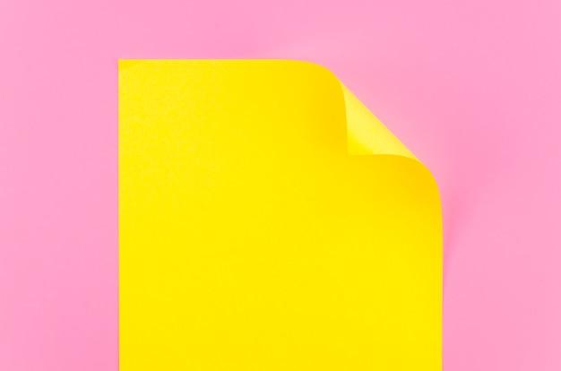 Postura plana de folha de papel colorido com canto dobrado