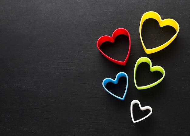 Postura plana de formas de coração colorido com espaço de cópia