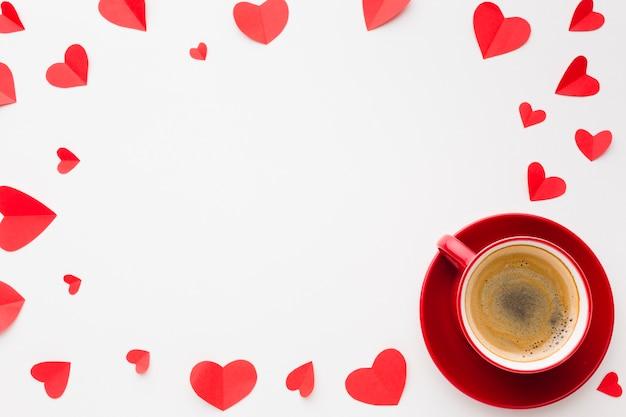 Postura plana de formas de coração de papel e café para dia dos namorados