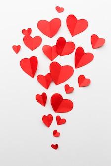 Postura plana de formas de coração de papel para dia dos namorados
