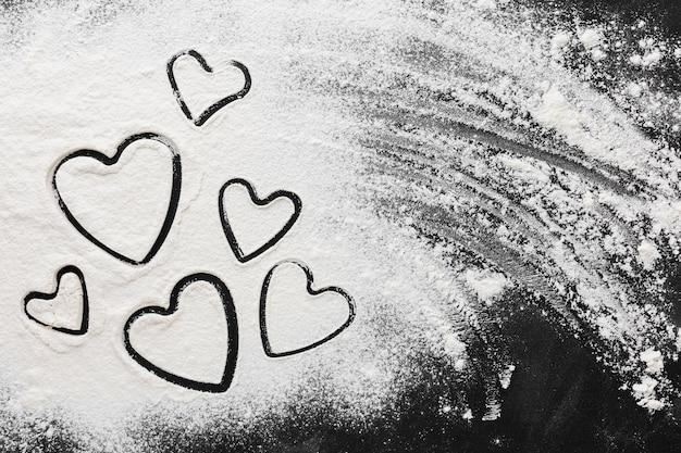 Postura plana de formas de coração em farinha
