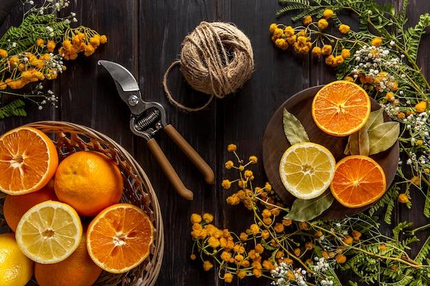 Postura plana de frutas cítricas com barbante e tesoura