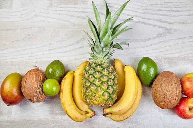 Postura plana de frutas exóticas em fundo branco.
