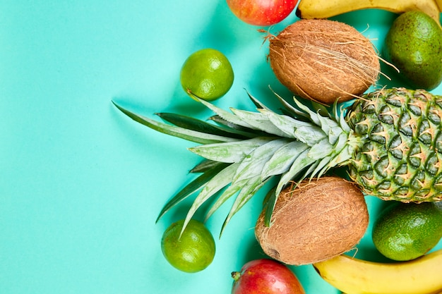 Postura plana de frutas exóticas.