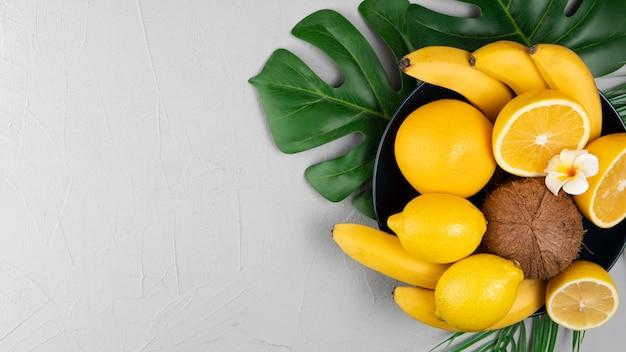 Postura plana de frutas na tigela com espaço de cópia