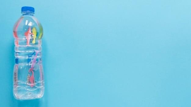 Postura plana de garrafa de plástico com espaço de cópia