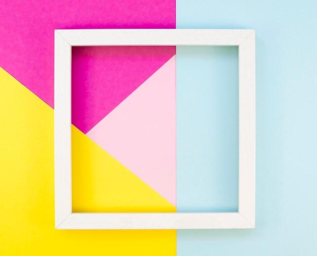Postura plana de geometria de papel colorido com moldura