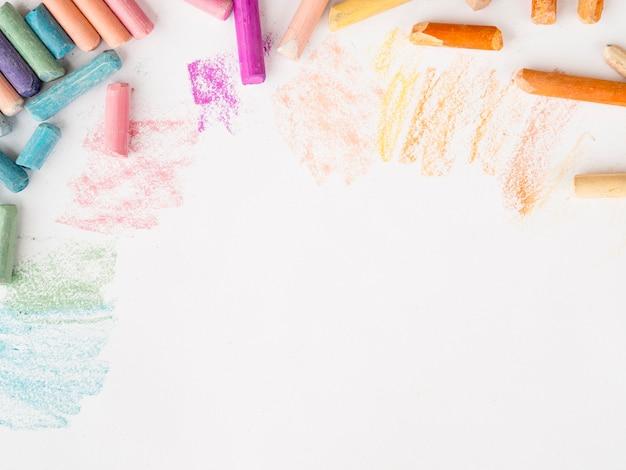 Postura plana de giz multicolorido com espaço de cópia