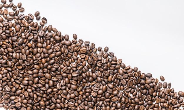 Postura plana de grãos de café com espaço de cópia