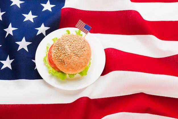 Postura plana de hambúrguer com bandeira americana