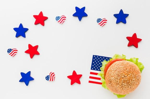 Postura plana de hambúrguer com bandeiras americanas e estrelas