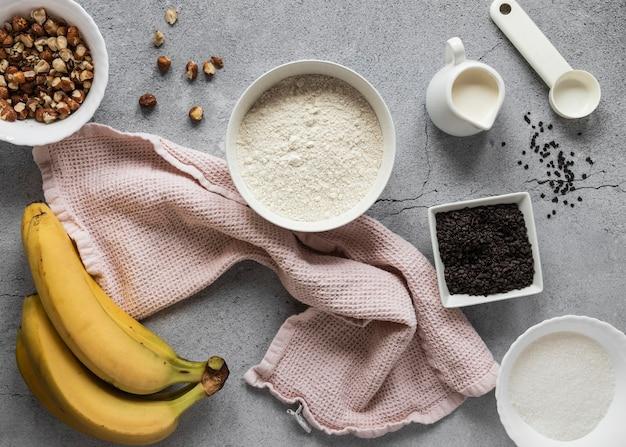 Postura plana de ingredientes alimentares com bananas