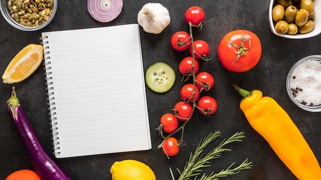 Postura plana de ingredientes alimentares com vegetais