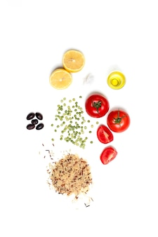 Postura plana de ingredientes crus e saudáveis para dieta vegetariana na superfície branca