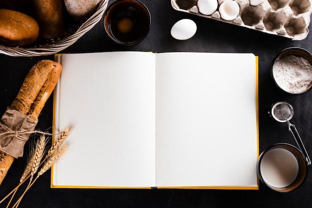 Postura plana de ingredientes de caderno e pão