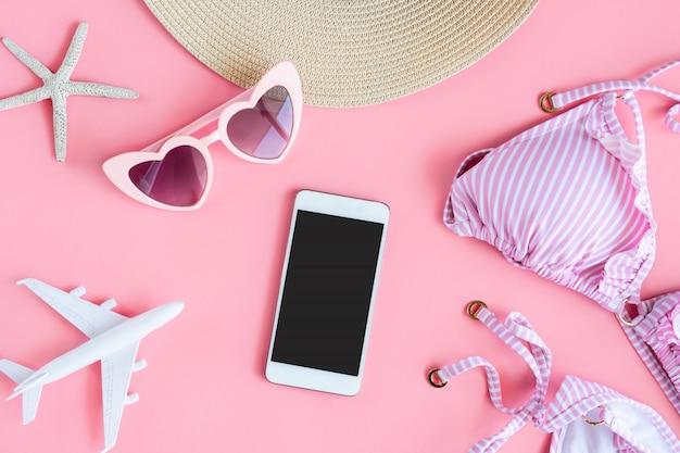 Postura plana de itens de verão com biquíni de cor rosa pastel