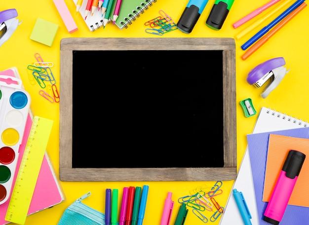 Postura plana de itens essenciais da escola com lápis e grampeador