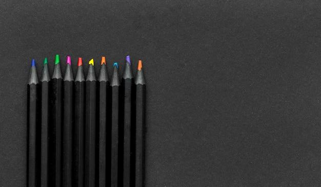 Postura plana de itens essenciais da escola com lápis