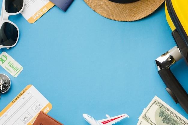 Postura plana de itens essenciais de viagem com óculos escuros e dinheiro