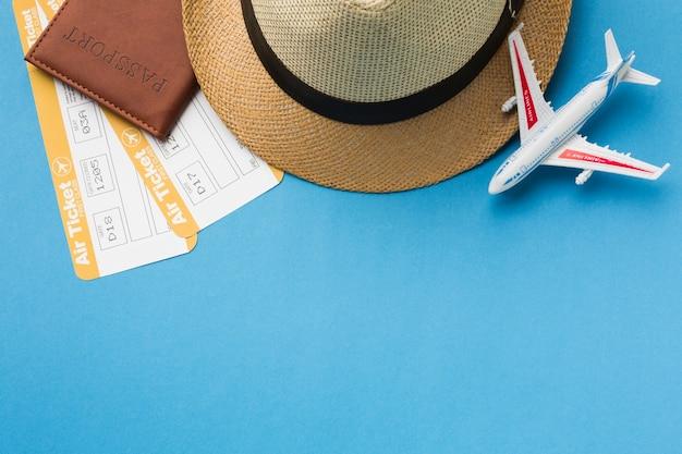 Postura plana de itens essenciais de viagem e chapéu