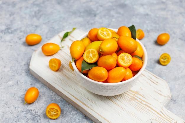 Postura plana de kumquats em uma superfície de concreto