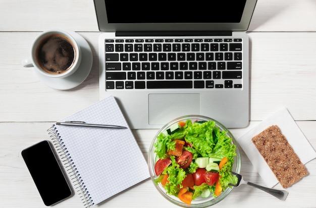 Postura plana de lanche saudável almoço de negócios no escritório