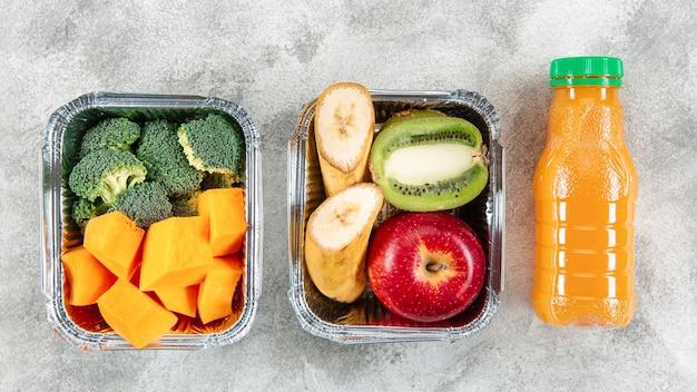 Postura plana de legumes e frutas em caçarolas