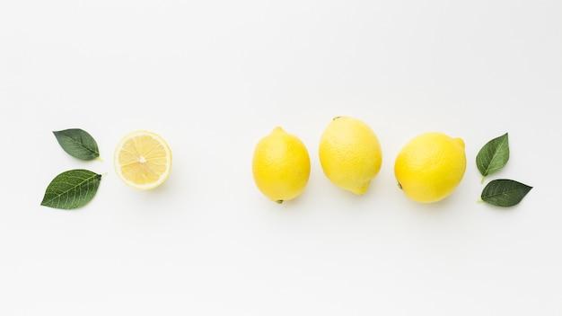 Postura plana de limão com conceito de folhas