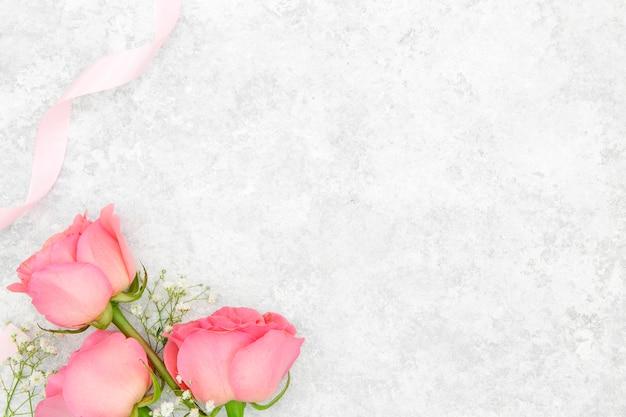 Postura plana de lindas rosas com espaço de cópia