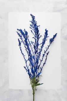 Postura plana de lindo buquê floral
