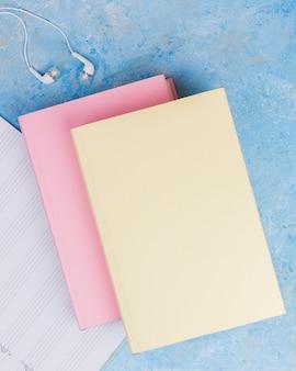 Postura plana de livro colorido sobre fundo liso