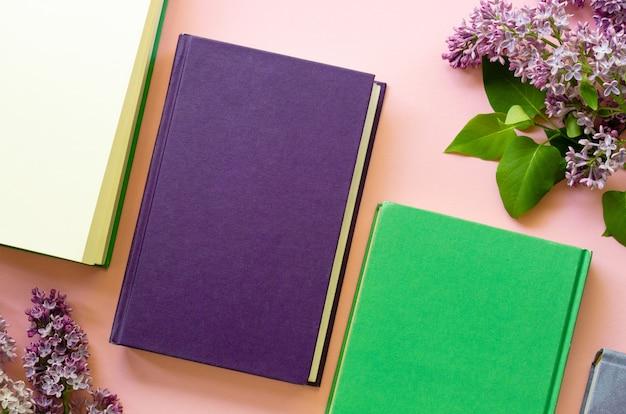 Postura plana de livros com galhos lilás