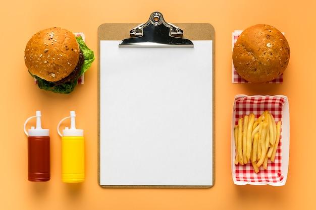 Postura plana de menu em branco com batatas fritas e hambúrguer