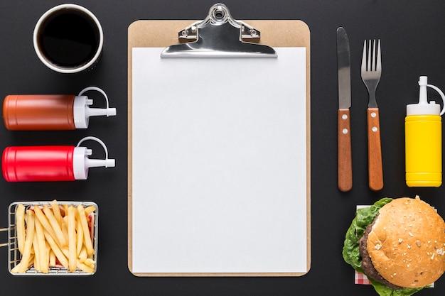 Postura plana de menu em branco com hambúrguer e molhos
