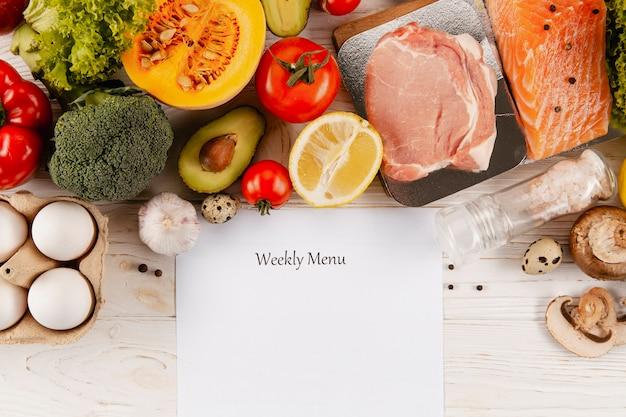 Postura plana de menu semanal com carne e legumes