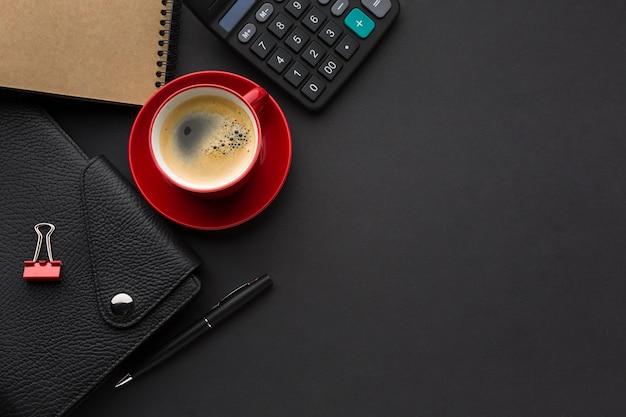 Postura plana de mesa de trabalho com agenda e caderno
