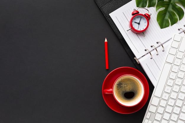 Postura plana de mesa de trabalho com café e teclado