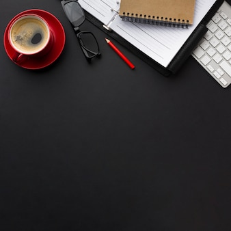 Postura plana de mesa de trabalho com xícara de café e cópia espaço