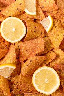 Postura plana de nacho chips com limão