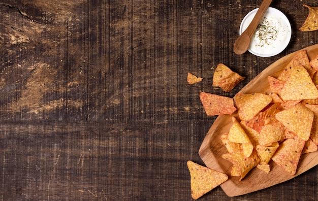 Postura plana de nacho chips com molho