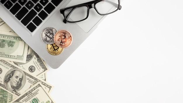 Postura plana de notas de dólar perto de laptop