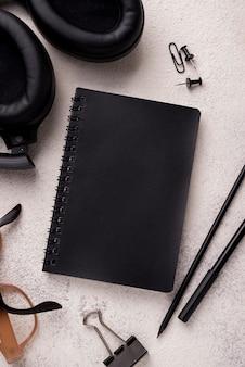 Postura plana de notebook com fones de ouvido