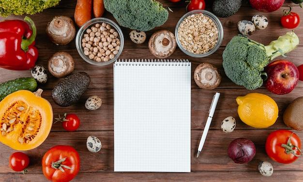 Postura plana de notebook com variedade de legumes