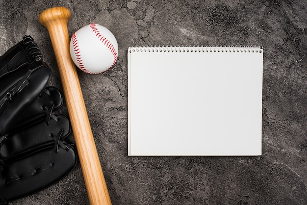 Postura plana de notebook e equipamentos de beisebol