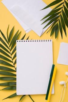 Postura plana de notebook na mesa com folhas